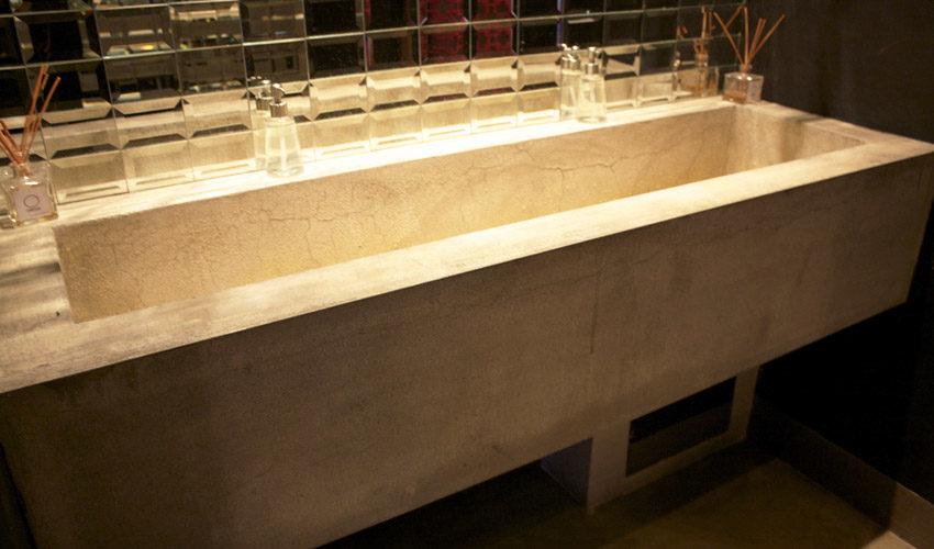 Pavimento, pareti e tavoli in resina per Bar a Milano