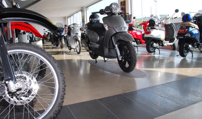 Pavimento in resina per concessionaria di moto a Pavia