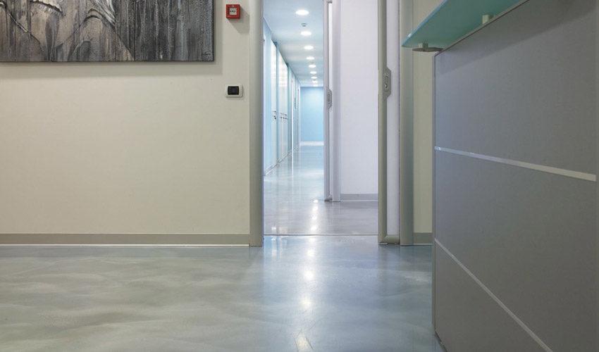 Pavimento e scale in resina per studio dentistico a Pavia