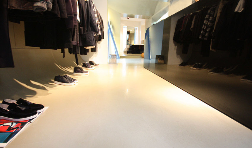 Pavimento e pareti in resina per negozio di abbigliamento a Milano