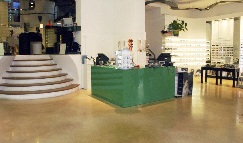 Pavimento in resina per negozio di ottica a Pavia