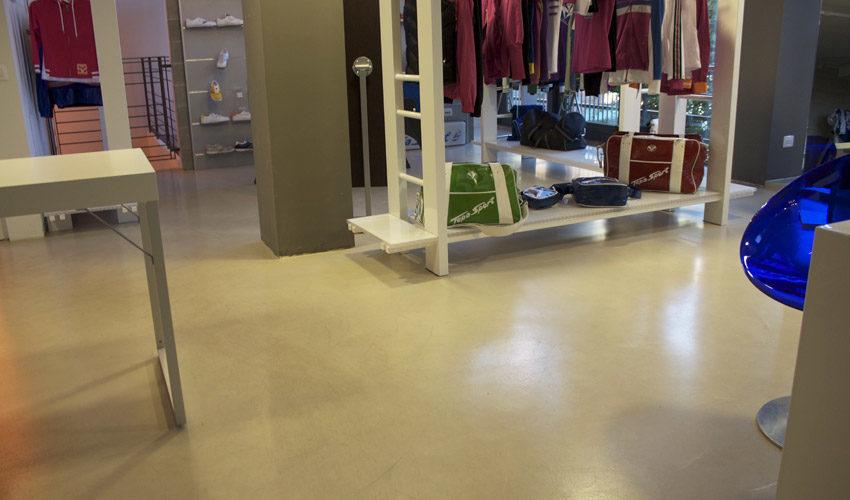 Pavimento e scale in resina per negozio sportivo a Milano