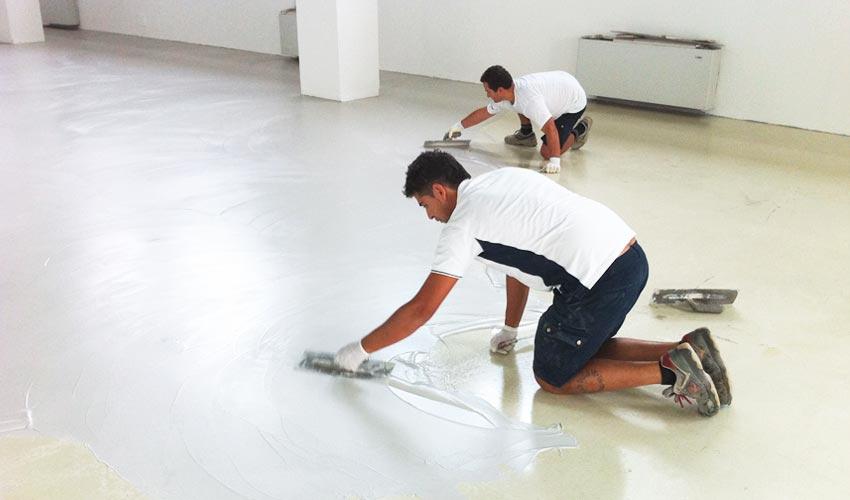 Un gruppo di esperti nella posa di pavimenti in resina e rivestimenti in resina