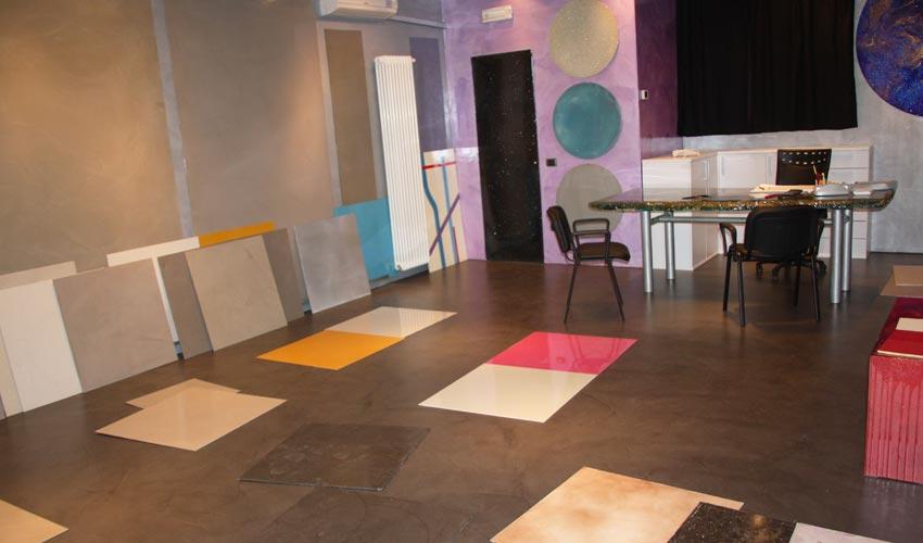 Campioni di resina spatolata e decorata. Possibili colori e soluzioni per il vostro pavimento in resina, visibili presso lo showroom di FL Srl a Pavia.