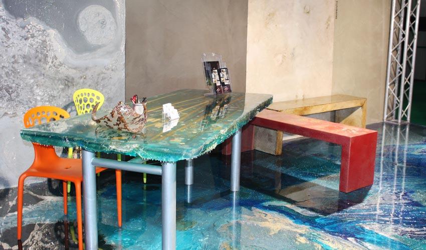 Esempi di complementi di arredo realizzati in resina, visibili nello showroom di FL Srl a Pavia.